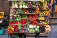 Nad widoków pudełka z świeżymi owoc i warzywo Zdjęcie Royalty Free