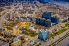 Nad widok budynki blisko do blakck budynków lokalizować w świętym Petersburg podczas letniego dnia, budynki i Fotografia Royalty Free