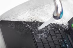 Nad widok laptop w zlew używać wodę czyścić klawiaturę Zdjęcie Royalty Free