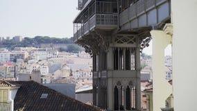 Nad widok na mieście i budynkach wokoło Santa Justa dźwignięcia góruje zdjęcie wideo