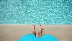Nad widok na samiec foots blisko basenu zbiory wideo