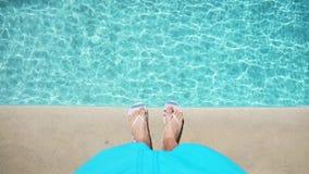 Nad widok na samiec foots blisko basenu zdjęcie wideo