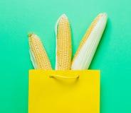 Nad widok przy trzy świeżymi kukurudzami w shopoing torbie Obraz Stock