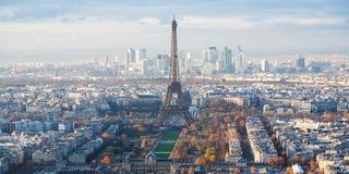 Nad widok wieży eifla i losu angeles Defence w Paryż obraz royalty free