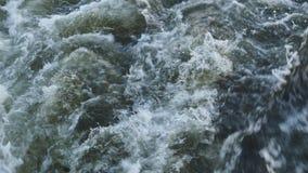 Nad widok wodna kipiel pod stern podczas łódkowatej wycieczki zbiory wideo