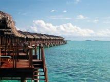 Nad wodnym bungalowem z krokami w zadziwiającą lagunę Obrazy Royalty Free