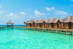 Nad wodnymi bungalowami z krokami w zadziwiającą zieloną lagunę Zdjęcia Stock