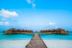 Nad wodnymi bungalowami z krokami w zadziwiającą zieloną lagunę Zdjęcia Royalty Free