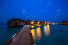 Nad wodnymi bungalowami z krokami w zadziwiającą zieloną lagunę Obrazy Stock