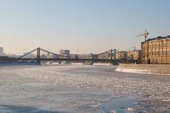 Nad zamarzniętą rzeką krymski most Obrazy Stock