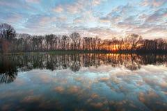 nad zmierzchem lasowy jezioro zdjęcie stock