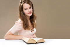 Nada gosta de um bom livro? imagens de stock