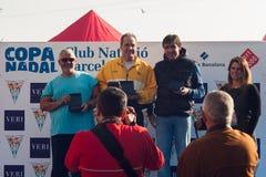NADADA 2015, BARCELONA, puerto Vell del PUERTO del DÍA de la NAVIDAD - 25 de diciembre: ganadores de la competencia con los trofe Fotografía de archivo