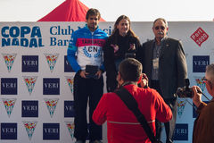 NADADA 2015, BARCELONA, puerto Vell del PUERTO del DÍA de la NAVIDAD - 25 de diciembre: ganadores de la competencia con los trofe Fotografía de archivo libre de regalías