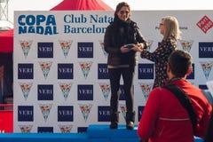 NADADA 2015, BARCELONA, puerto Vell del PUERTO del DÍA de la NAVIDAD - 25 de diciembre: ganadores de la competencia con los trofe Foto de archivo