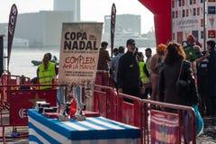 NADADA 2015, BARCELONA, puerto Vell del PUERTO del DÍA de la NAVIDAD - 25 de diciembre: tabla con los trofeos y las medallas Imagen de archivo libre de regalías