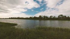 Nadada de las nubes sobre el río en verano metrajes