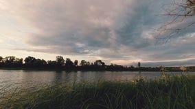 Nadada de las nubes sobre el río en verano almacen de video