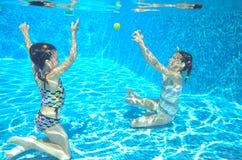 Nadada de los niños en la piscina subacuática Imagenes de archivo