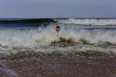 Nadada de mediana edad del hombre en el océano Imagenes de archivo