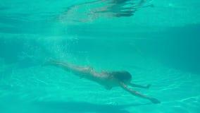 Nadada del bikini de la mujer que lleva delgada hermosa en piscina metrajes