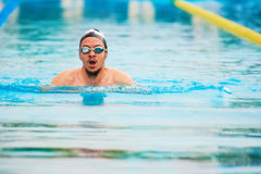 Nadada del hombre en carril de la piscina Imagen de archivo libre de regalías