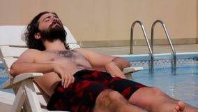 nadada del hombre en piscina almacen de metraje de vídeo
