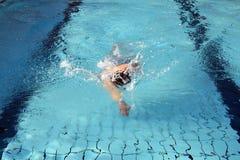 Nadada del nadador de la manía el arrastre Foto de archivo libre de regalías