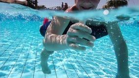 Nadada del niño pequeño en la piscina, lanzamiento subacuático metrajes