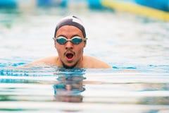 Nadada do homem do esporte na associação imagens de stock