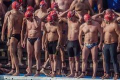 NADADA 2015 do PORTO do DIA de NATAL, BARCELONA, porto Vell - 25 de dezembro: Nadadores nos chapéus de Santa Claus preparados par Fotografia de Stock