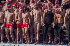 NADADA 2015 do PORTO do DIA de NATAL, BARCELONA, porto Vell - 25 de dezembro: Nadadores nos chapéus de Santa Claus preparados par Foto de Stock Royalty Free