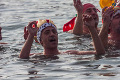 NADADA 2015 do PORTO do DIA de NATAL, BARCELONA, porto Vell - 25 de dezembro: Os nadadores em trajes do carnaval cumprimentam a a Fotografia de Stock Royalty Free