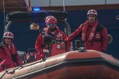 NADADA 2015 do PORTO do DIA de NATAL, BARCELONA, porto Vell - 25 de dezembro: Salvas-vidas olhadas para concorrentes Foto de Stock Royalty Free