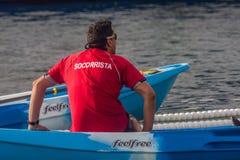 NADADA 2015 do PORTO do DIA de NATAL, BARCELONA, porto Vell - 25 de dezembro: Salvas-vidas olhadas para concorrentes Imagem de Stock
