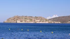 Nadada juguetona del hombre en el mar azul, Creta almacen de video
