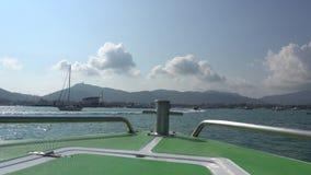Nadada a la isla Visión desde el arco del barco almacen de video