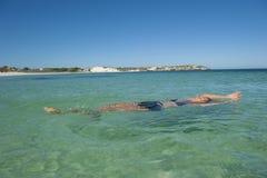 Nadada relajada mujer en el océano Imagen de archivo