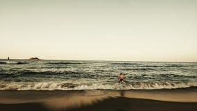Nadada sola del invierno en la playa de sokcho foto de archivo libre de regalías