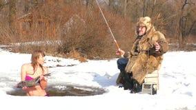 Nadadas de la mujer en el agujero con los pescados almacen de metraje de vídeo
