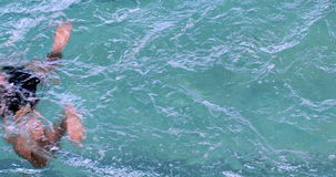 Nadador apto que hace el movimiento de pecho en la piscina almacen de video