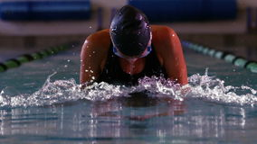 Nadador apto que hace el movimiento de pecho en piscina en cinemagraph almacen de video