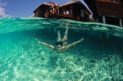 Nadador atractivo hermoso feliz de la mujer de la señora en el salto del océano imagen de archivo