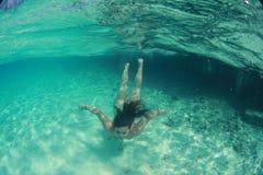 Nadador atractivo hermoso feliz de la mujer de la señora en el salto del océano imagen de archivo libre de regalías