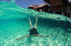 Nadador atractivo hermoso feliz de la mujer de la señora en el salto del océano foto de archivo libre de regalías