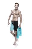 Nadador caucasiano atrativo novo do homem com óculos de proteção e toalha Fotografia de Stock