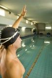 Nadador con la mano en aire foto de archivo