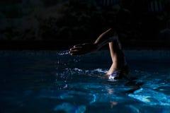 Nadador Crol Style en la noche Fotos de archivo