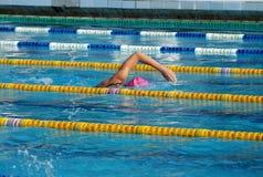 Nadador de la muchacha en la piscina Foto de archivo libre de regalías