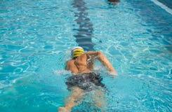 Nadador de la piscina de la raza del arrastre delantero de la competencia Foto de archivo